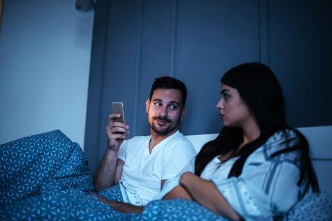 Mein Mann und sein Handy – in unserem Bett