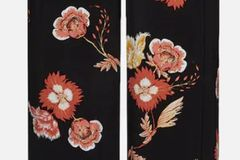 Cool und lässig: diese Stoffhose mit tollem Blumenmuster von Edited.  Für rund 30 Euro bei About You erhältlich.