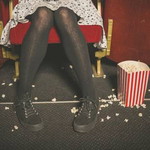 Womit nervt man andere, ohne es zu merken? Eine Frau krümelt im Kino alles mit Popcorn voll