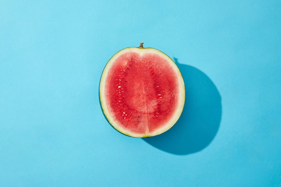 Nach hinten gekippte Gebärmutter: Halbe Melone vor blauem Hintergrund