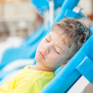 Sonnenstich bei Kindern: Junge auf einer Liege