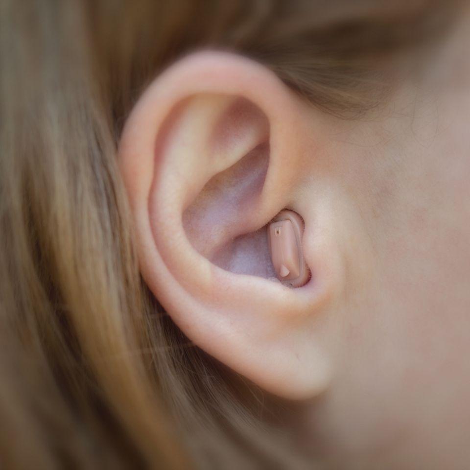 Hörprobleme: Wieso sind Hörgeräte ein Tabuthema?