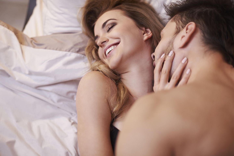 Knutschfleck: Ein Pärchen hat Spaß im Bett