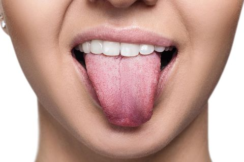 Bitterer Geschmack im Mund: Frau streckt Zunge heraus