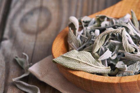 Salbei trocknen: Tipps und Methoden: Getrocknete Salbeiblätter in einer Holzschale