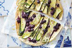 Rezepte mit heimischem Gemüse: Zucchini-Blaubeer-Flammkuchen