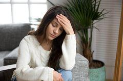 Unterzuckerung: Frau leidet an Schwindel