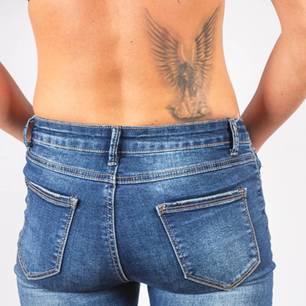 Engel Tattoo: Frau mit Engel Tattoo am Rücken