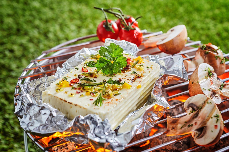 Feta grillen: Schafskäse auf dem Grill