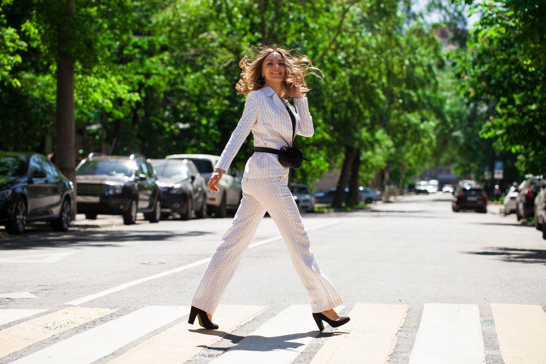 Weiße Hose: Frau mit weißen Hosenanzug