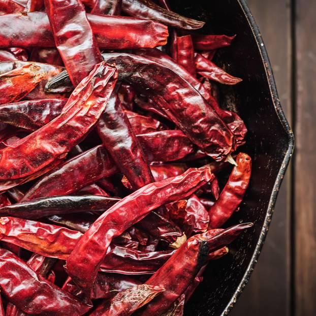 Chili trocknen: Methoden und Rezeptideen: Getrocknete Chilischoten gesammelt in einer Schale