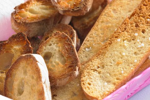 Geröstete lange Brotscheiben