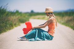 Wie gibt man am besten einen Korb? Eine enttäuschte Frau mit Herzballons