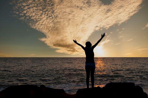 Rentenlücke: Frau steht glücklich am Meer
