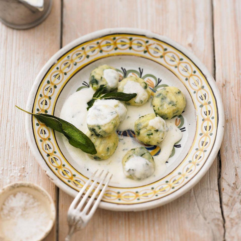 Spinat-Gnocchi in Salbeisoße