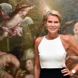 Stephanie Gräfin von Pfuel posiert vor einem Gemälde