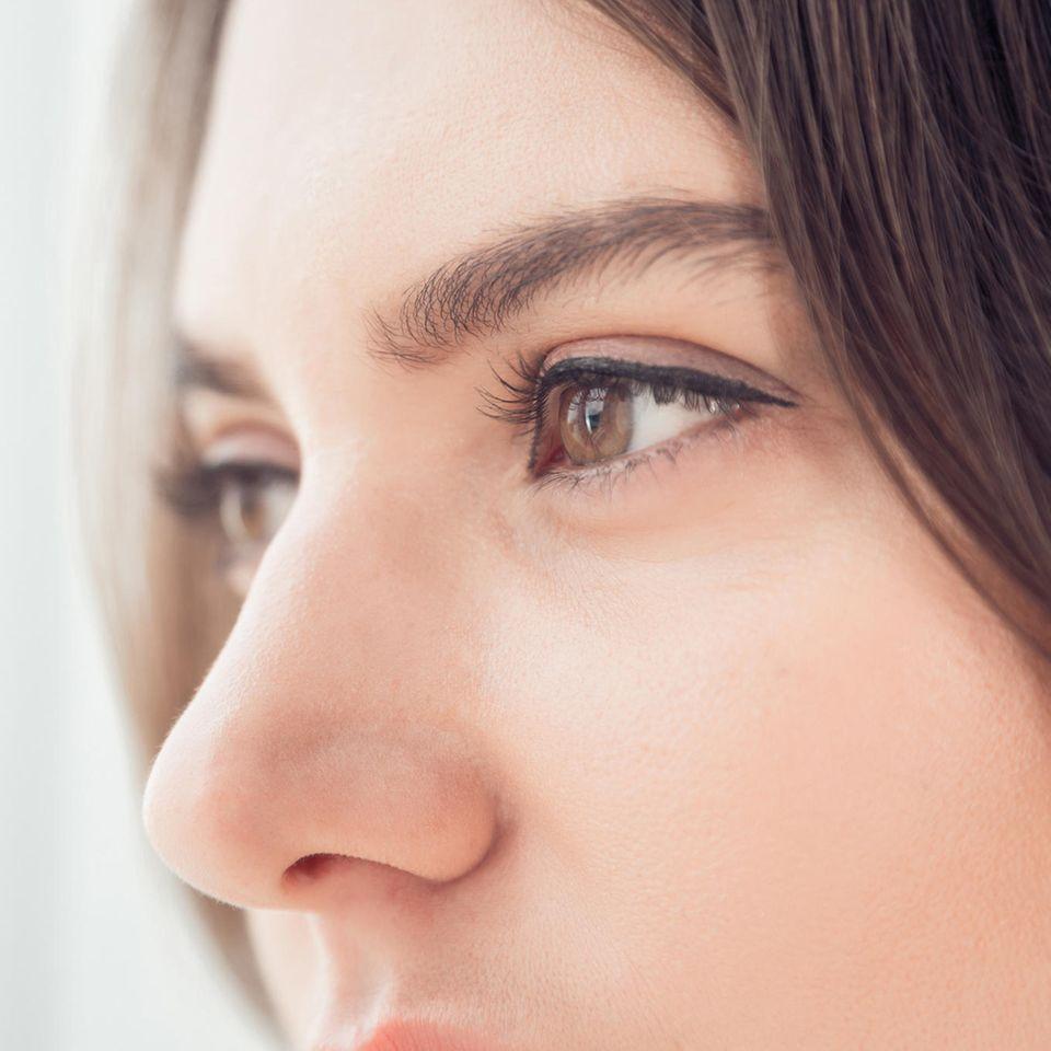 Pickel in der Nase: Frau mit Nase