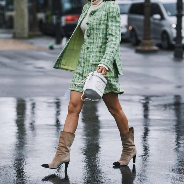Sommerjacken: Frau mit grüner Tweed-Jacke