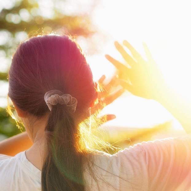 Hitzschlag: Frau schirmt die Augen vor der Sonne ab