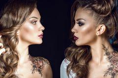 Geschwister Tattoo: Zwei Frauen mit Geschwister Tattoo an Hals und Schulter