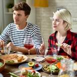 Was sollte man der Next vom Ex nicht sagen? Ein verdutztes Pärchen am Tisch