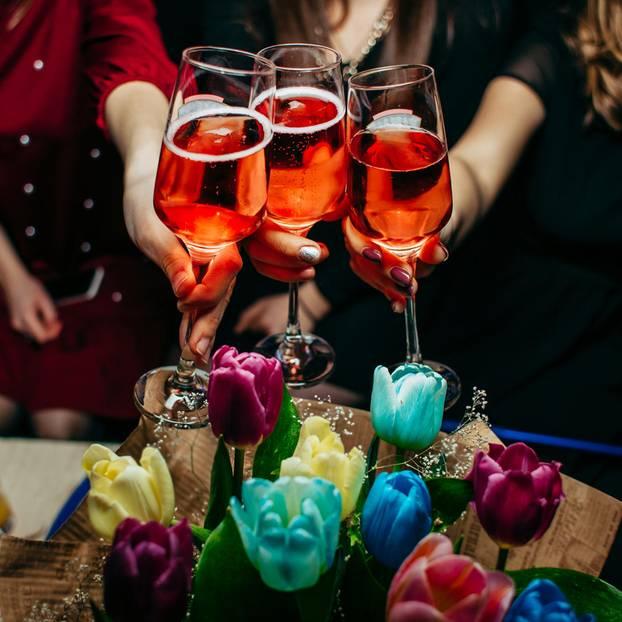 Alkohol während der Periode: Freundinnen feiern mit Drinks