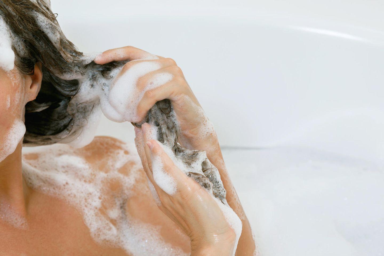 Haarpflege: Frau mit Shampoo im Haar