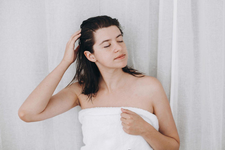 Haarpflege: Frau nach der Haarpflege