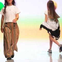 Brasilien: Kinder laufen eine Modenschau