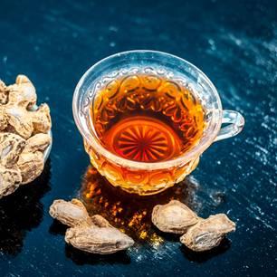 Ingwer trocknen: zwei einfache Methoden: getrockneter Ingwer neben einer Tasse Tee