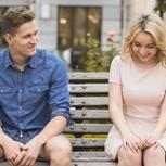 Flirten lernen: Eine schüchterne Frau auf einer Bank neben einem Mann