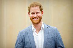 Prinz Harry in weißem Hemd und blauem Sakko