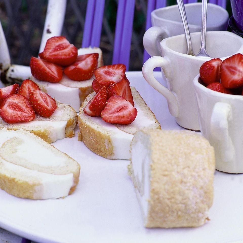 Biskuitrolle mit Holundercreme und Erdbeeren