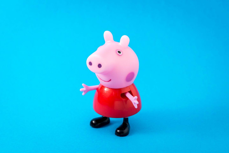 Peppa Wutz: Spielfigur Peppa Wutz vor blauem Hintergrund