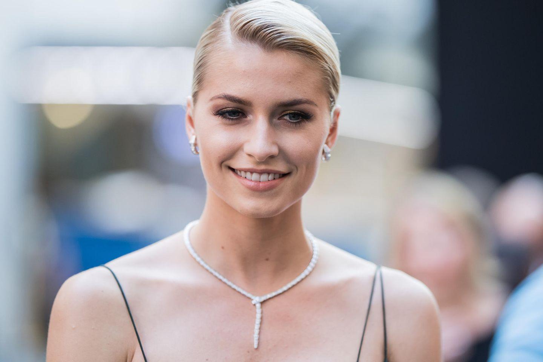 Lena Gercke mit Hochsteckfrisur