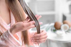 Wahr.Ihr benutzt schon seit mehreren Jahren dieselbe Produktlinie und habt das Gefühl, dass sie die Haare nicht mehr so glänzend und geschmeidig macht wie am Anfang? Das kann leider tatsächlich sein. Bei längerer Verwendung kann das Produkt seine Pflegewirkung nicht mehr voll entfalten. Tipp: Einfach ein zweites Pflegeprodukt kaufen und dieses ab und zu statt des eigentlichen Lieblings-Shampoos verwenden. Das wird wahre Wunder bewirken!