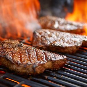 Rückwärts grillen: Steak auf dem Grill