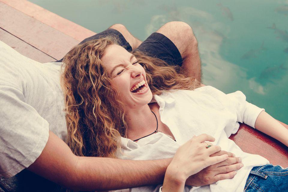 Mehr als Freundschaft? Ein Mann und eine Frau zusammen am See