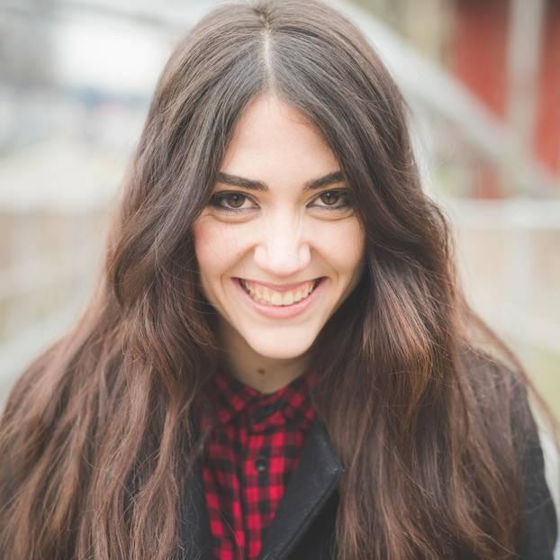 In welchen Situationen zeigen Menschen ihr wahres Gesicht? Eine junge, scheinheilig lächelnde Frau