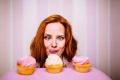 Yummy Videos: Frau leckt sich über die Lippen bei Cupcakes
