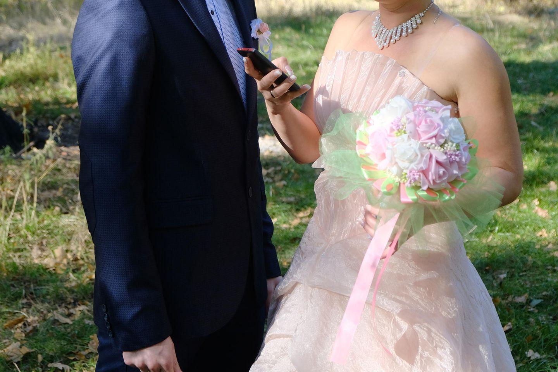 Fremdgehen: Bräutigam und Braut mit Handy