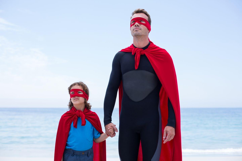 Die witzigsten GIFs zum Vatertag: Vater und Tochter als Superhelden am Strrand