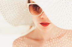 Sommerbeauty 2019: Frau mit Sonnenbrille und Hut