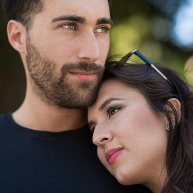 Wir passen nicht zusammen: Frau lehnt an Mann