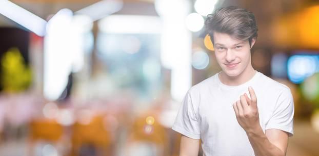Catcalling: Ein junger Mann deutet mit dem Zeigefinger, man solle zu ihm kommen