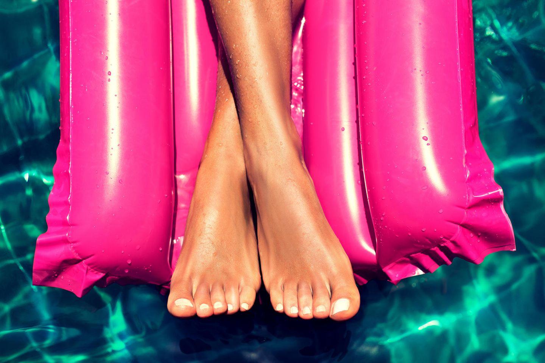 Schneller braun werden: Füße auf einer Luftmatratze