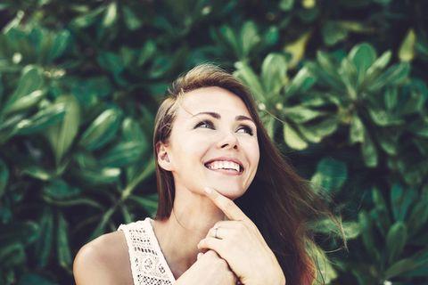 Positiv denken: Frau lächelt fröhlich