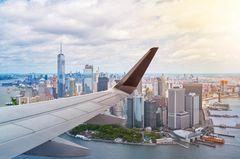 Einreise in die USA: Voraussetzungen, Tipps und Checkliste: Blick aus dem Flugzeug auf Manhattan, New York City
