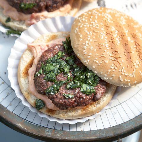 Beef-Burger mit Tomaten-Dip