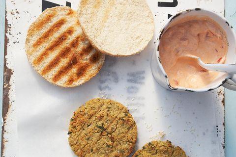 Falafel-Burger mit Tomaten-Dip